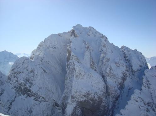 La parete NW. Notare l'imbuto pensile sotto la cima